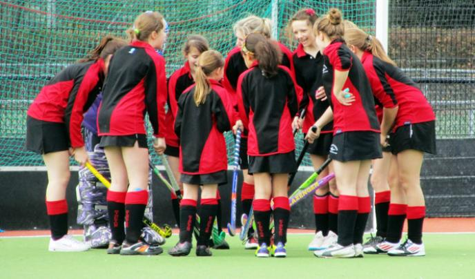 Girls hockey huddle