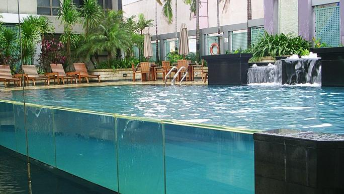 Relax or have a dip at the Peninsula Excelsior Hotel.