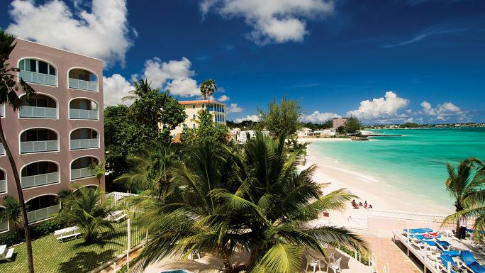 The Butterfly Beach Hotel is close to two white-sand beaches.